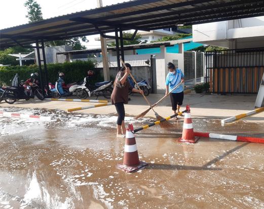 ทำความสะอาดด้านนอกอาคารเรียน ช่วงปิดใช้อาคารเรียน พฤษภาคม 2021
